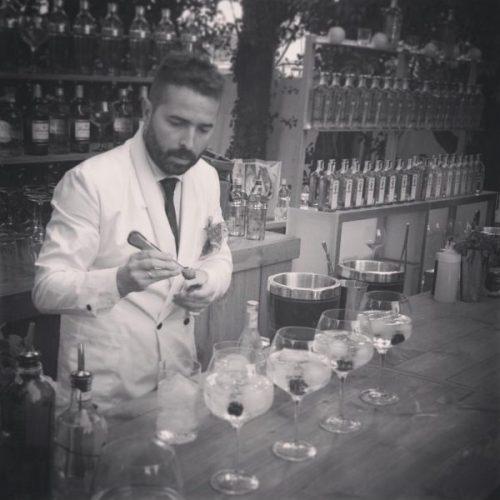 Borja Cortina, con las copas y vasos de Dkristal